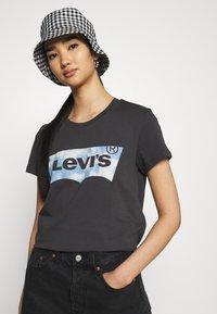 Levi's® - THE PERFECT TEE - Marškinėliai su spaudiniu - anthracite - 3