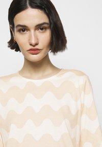 Marimekko - CLASSICS RIIPPUMATON PIKKUINEN LOKKI DRESS - Jersey dress - white/beige - 3