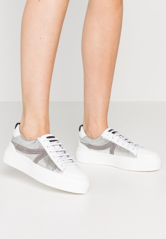 LACE-UP - Sneakers laag - silver