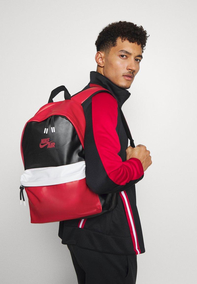 Jordan - AJ PACK - Rucksack - black/gym red