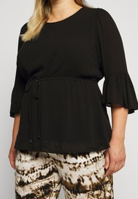 Forever New Curve - TAMMY FRILL SLEEVE CURVE BLOUSE - Pusero - black - 5