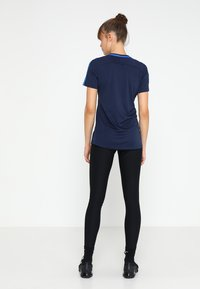 Nike Performance - DRY - T-shirts med print - obsidian/royal blue/white - 2