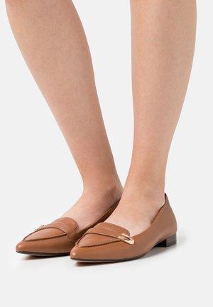 LAINA BUCKLE - Nazouvací boty - dark tan