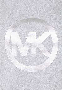 MICHAEL Michael Kors - FOIL CIRCLE LOGO TEE - Triko spotiskem - pearl heather - 4