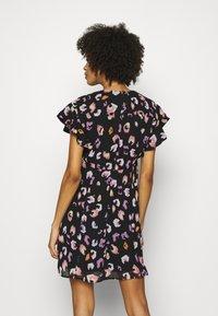 Guess - AYAR DRESS - Denní šaty - black/multi coloured - 2