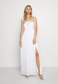 NA-KD - OFF SHOULDER SLIT DRESS - Vestido de fiesta - white - 0