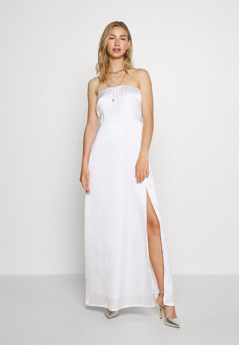 NA-KD - OFF SHOULDER SLIT DRESS - Vestido de fiesta - white