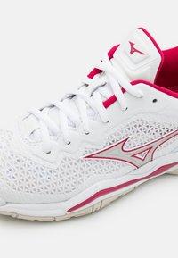 Mizuno - WAVE 5 - Handball shoes - white/white sand/persian red - 5