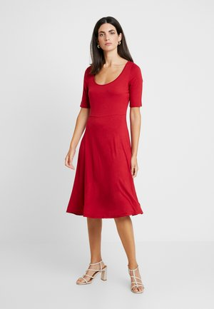 SCOOP SWING DRESS - Robe en jersey - rio red