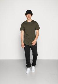 Nike Sportswear - CLUB PANT - Pantaloni sportivi - black - 1
