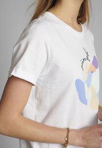 Nümph - Print T-shirt - bright white - 3