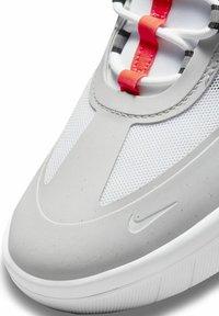 Nike SB - SKATEBOARDSKO NYJAH FREE - Sneakers laag - neutral grey/white/bright crimson/black - 6