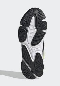 adidas Originals - OZWEEGO SHOES - Sneakersy niskie - grey - 4