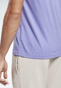Reebok - GRAPHIC SERIES REEBOK STACKED TEE - Print T-shirt - purple - 4