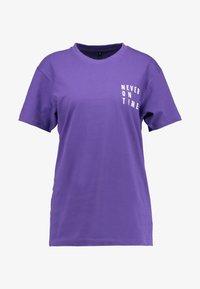Merchcode - LADIES NEVER ON TIME TEE - Print T-shirt - ultra violet - 3