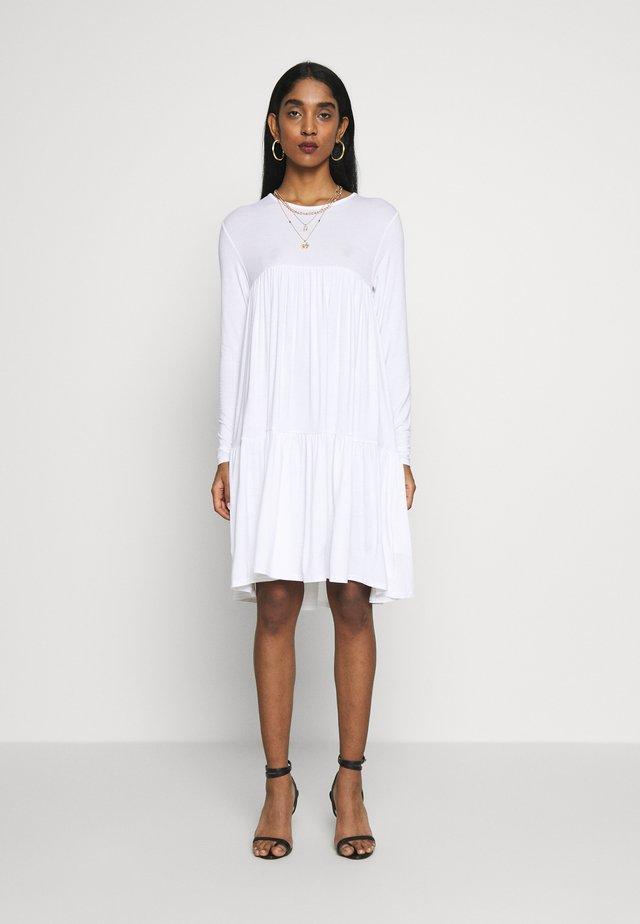 TIERED SMOCK DRESS - Žerzejové šaty - white