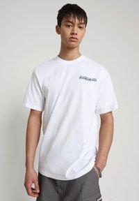 Napapijri - SOLE GRAPHIC - T-shirt print - bright white - 0
