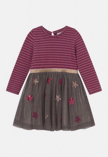 SEQUIN - Jerseyklänning - berry