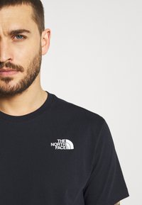 The North Face - REDBOX TEE - T-shirt con stampa - dark blue/green - 3