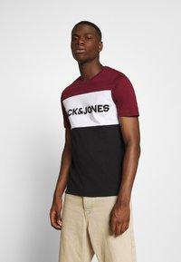 Jack & Jones - JJELOGO BLOCKING TEE - T-shirt con stampa - port royale - 0