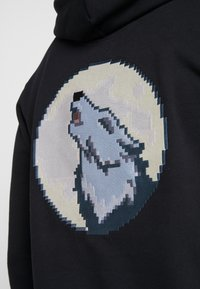 Bricktown - HOODIE BIG MIDNIGHT CALL BACKBIG MOON WOLF - Hoodie - black - 5
