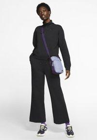 Nike Sportswear - SPODNIE DAMSKIE  - Teplákové kalhoty - black/dark smoke grey - 1