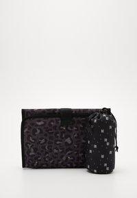 Kidzroom - DIAPER BAG KIDZROOM CARE LEOPARD LOVE - Taška na přebalování - black - 5