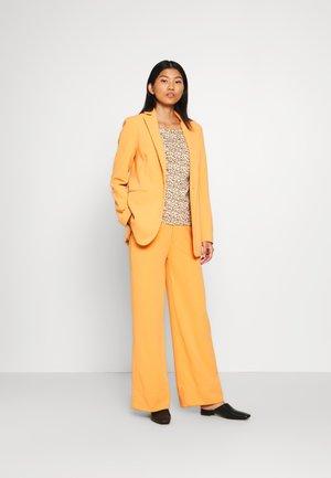 ROLL UP - Camiseta estampada - beige/camel