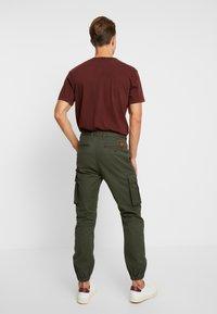 Superdry - RECRUIT FLIGHT GRIP - Pantalones cargo - four leaf clover - 2
