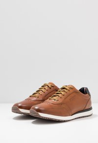 Tommy Hilfiger - PREMIUM RUNNER - Casual lace-ups - brown - 2