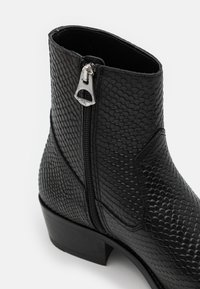 Walk London - HOXTON HEX CUBAN EMBOSSED - Classic ankle boots - black - 5