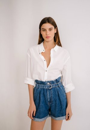 MIT SCHNALLE  - Shorts di jeans - light blue