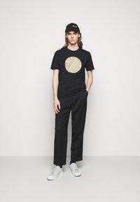HUGO - DORIOLE - T-shirt imprimé - black - 1
