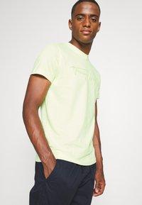 Tommy Hilfiger - SIGNATURE GRAPHIC TEE - T-shirt med print - lumen flash - 3