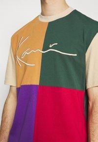Karl Kani - SIGNATURE BLOCK TEE UNISEX - Print T-shirt - sand - 5