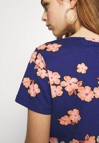 Scotch & Soda - PRINTED BOXY FIT TEE - T-shirts med print - blue/pink - 5