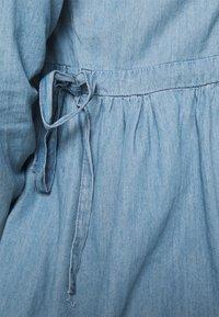 Mamalicious Curve - MLSTINA LIA WOVEN TUNIC - Bluzka - light blue/chambray - 4