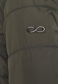 Modern Eternity - GIANNA QUILTED PUFFER HYBRID MATERNITY JACKET - Light jacket - khaki - 3