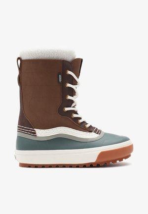 UA STANDARD SNOW MTE - Winter boots - dachshund/jungle green