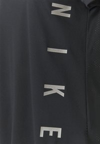 Nike Performance - RUN MILER  - T-shirt med print - black/particle grey/silver - 2