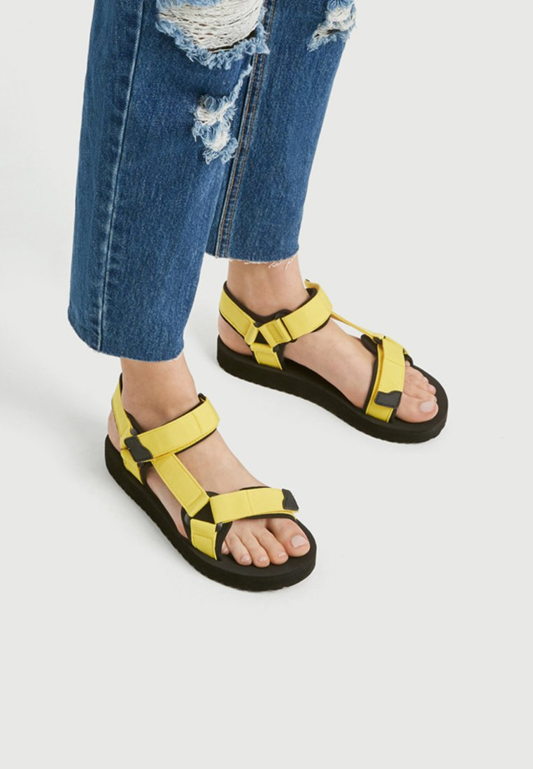 PULL&BEAR - NEONFARBENE SPORTLICHE - Walking sandals - mustard yellow