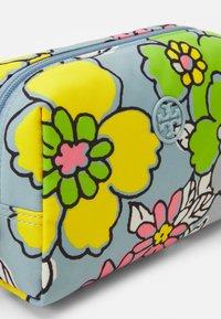 Tory Burch - PIPER PRINTED SMALL COSMETIC CASE - Kosmetická taška - blue - 3