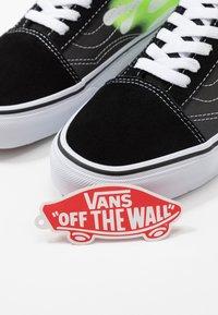 Vans - OLD SKOOL UNISEX - Sneakers basse - black/true white - 6