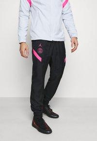 Nike Performance - PARIS ST GERMAIN DRY STRIKE TRACKSUIT SET - Fanartikel - pure platinum/black - 3