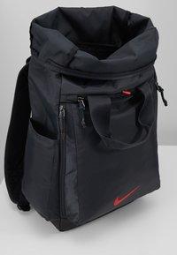 Nike Performance - VAPOR ENRGY - Reppu - smoke grey/black/ track red - 5