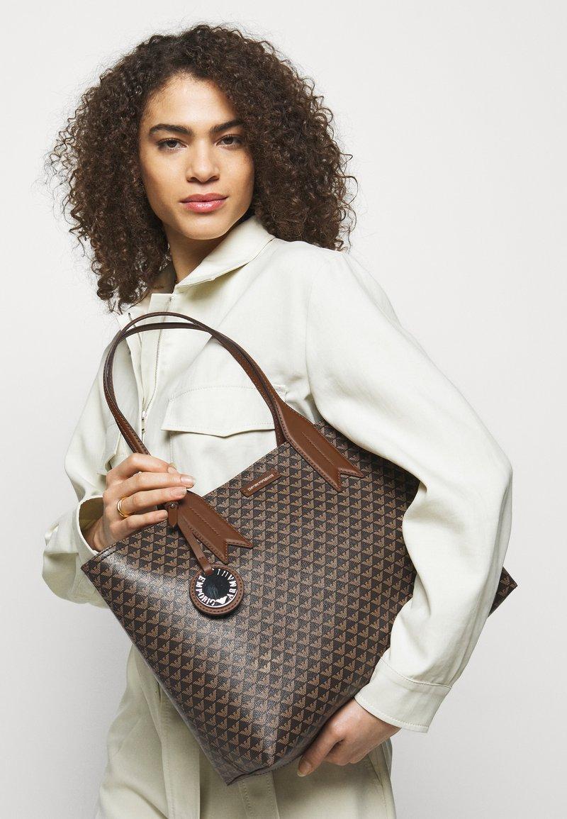 Emporio Armani - FRIDASHOPPING BAG - Handbag - moro/ecru/tabacco