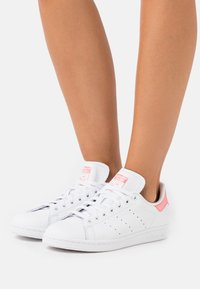 adidas Originals - STAN SMITH SPORTS INSPIRED SHOES - Trainers - footwear white/signal pink - 0