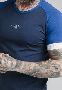SIKSILK - INVERSE TECH TEE - T-shirt con stampa - navy - 4