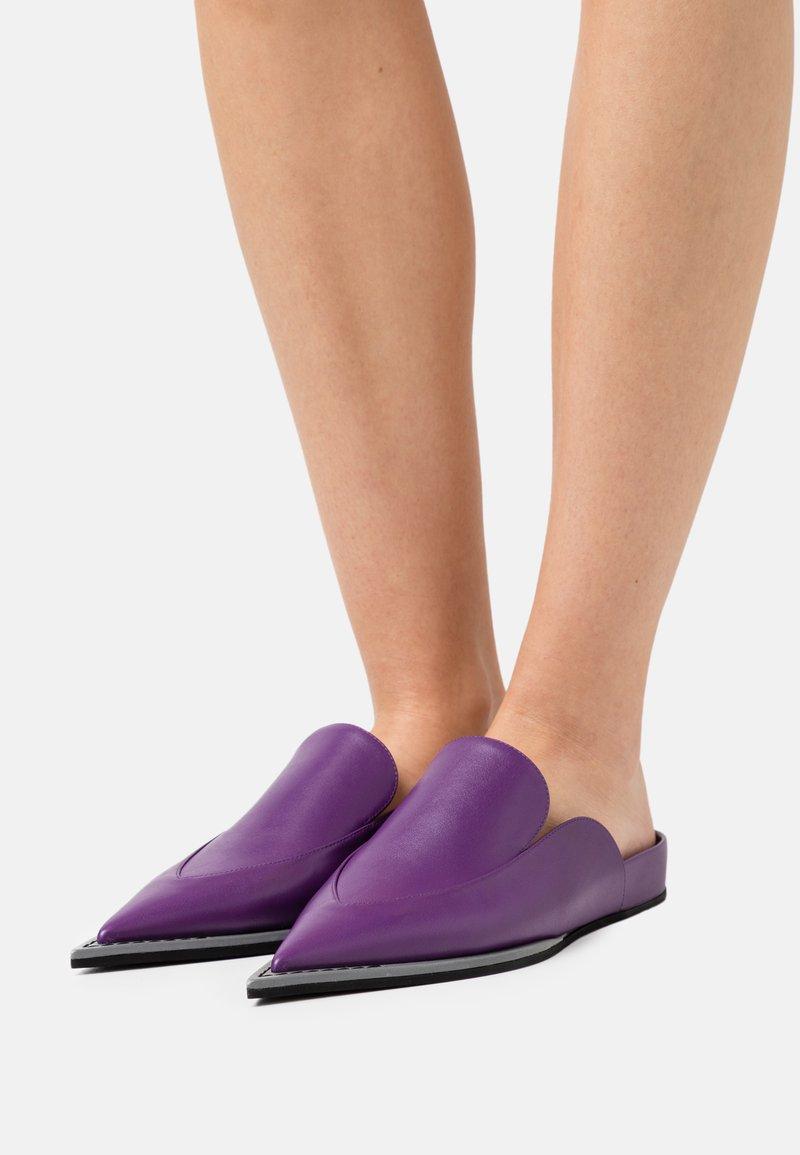 N°21 - FUSSBETT - Mules - purple