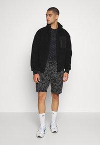 Nike Sportswear - TEE MINI - T-shirt med print - black/grey - 1